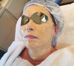 Nieuw Juvena masker met bladgoud deeltjes, Anti aging. Een vrouw bij Beauty Day Xperience heeft dit masker op haar gezicht.